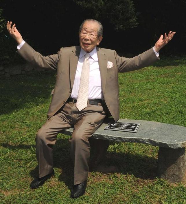 dr-hinohara-on-bench